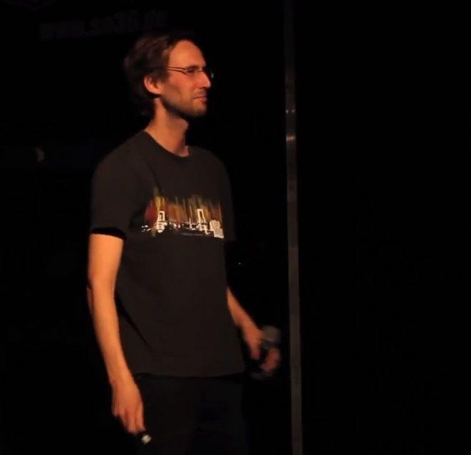 'Wie entsteht ethnische Identität?' – Philip Bracker beim Science Slam Berlin